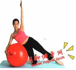 减肥球侧面伸展的方法