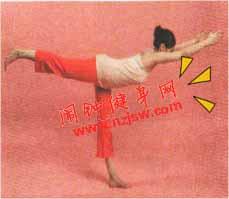 强化膝关节修饰臀背线条的英雄式动作该怎么做