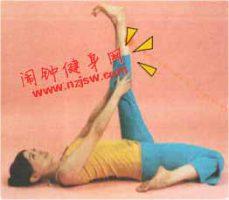 放松大腿前侧的僵硬肌肉的英雄拉腿动作该怎么练