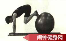 双膝撑球胸前绕环的正确练法及注意事项