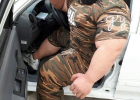 伊朗380斤大块头肌肉男晒出座驾,因身材魁梧被质疑照片是PS!