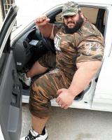 伊朗380斤大块头肌肉男晒出座驾,因身材魁梧被质疑照片是PS