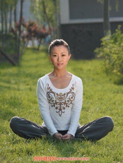 瑜伽束角式,促进下背部、腹部和骨盆的血液流通