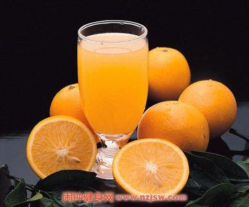 夏天自制冰凉的排毒果汁